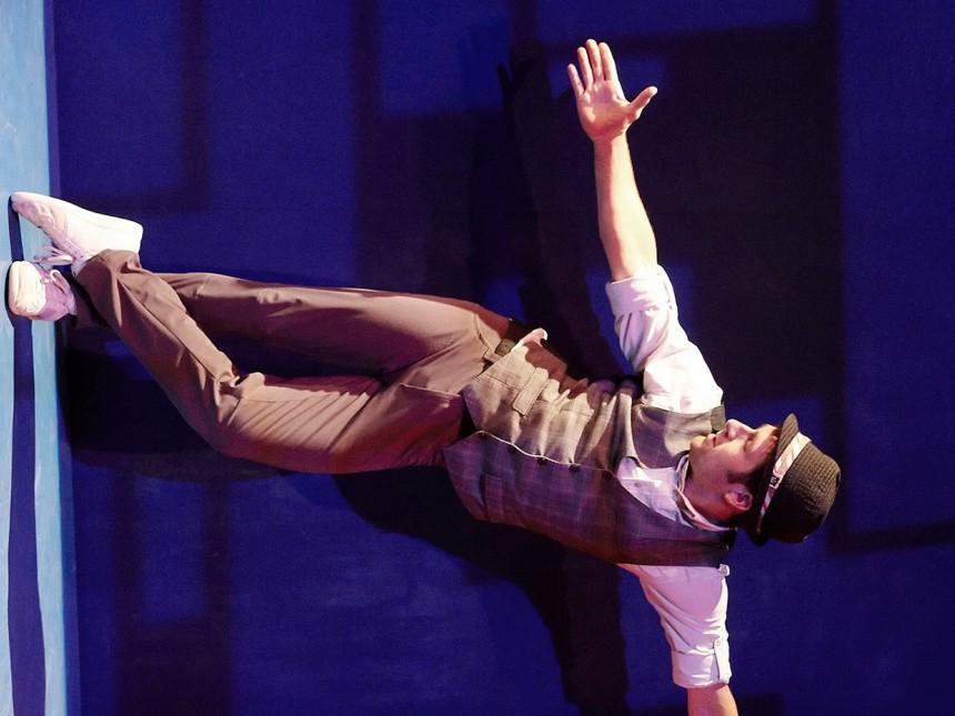 In der Artistik-Show LEO werden die Grenzen der Schwerkraft aufgehoben. Ein Schauspieler läuft scheinbar schwerelos die Wände hoch.
